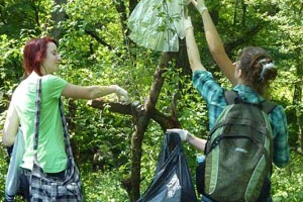 Gymnazisti zbierali odpadky v okolí Prievidze.