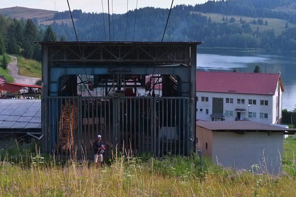 Schátraná nástupná stanica sedačkovej lanovky.