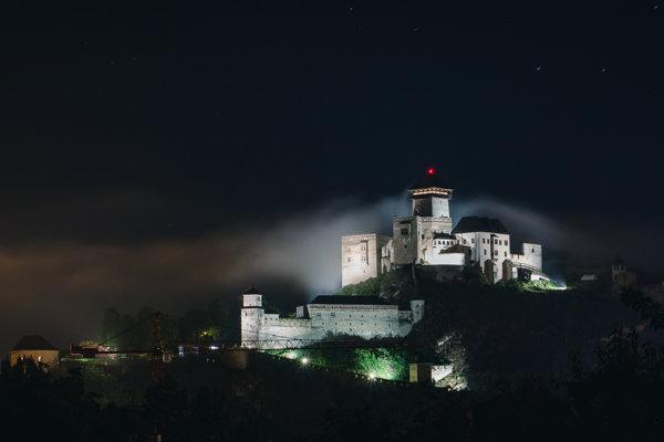 Majestátnemu Trenčianskemu hradu chýba osvetlenie Delovej bašty. Na fotografií vľavo.
