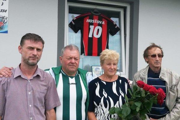 Zľava starosta Hosťovej Miroslav Brath, funkcionár TJ Ján Malý, mamička zosnulého futbalistu Mária Balková a predseda klubu Imrich Brath.