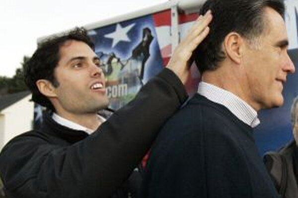 V tieni príprav na primárne voľby v New Hampshire zostalo sobotňajšie víťazstvo Mitta Romneyho (na snímke so svojim synom) v nominačných voľbách republikánov v štáte Wyoming.