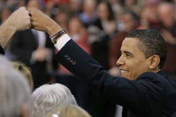 Barack Obama má v porovnaní s Hillary Clintonovou jednu výhodu. Dokáže sa predať.