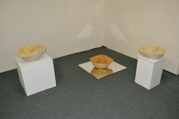 Výstava diel keramického sympózia.