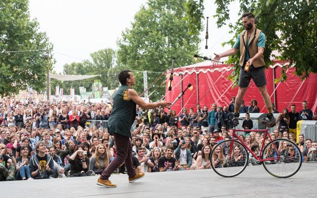 Akrobatistická dvojica Les dudes z Kanady vystupuje na festivale každý deň o štvrtej.