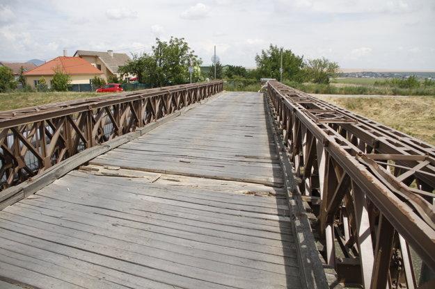 Drevené dosky boli pred dvomi rokmi v takom zlom stave, že most vedúci k ČOV v Krškanoch dočasne uzavreli.