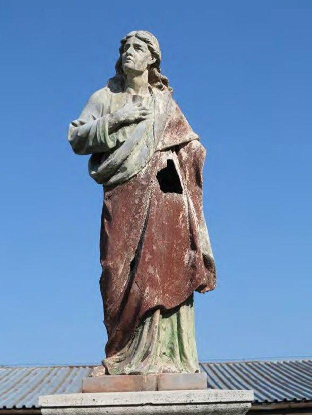 Soche sv. Jána úplne chýba ruka.