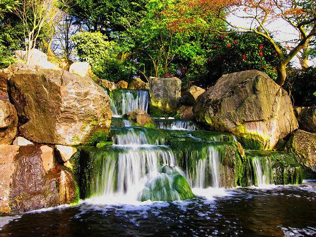 Vodopád v Kyoto Garden v Londýne. Nájdete ho v Holland parku, neďaleko od Kensingtonského paláca.