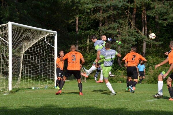 Šance. Futbalisti FK Krh. Podhradie mali vzápase sFK Čaňa viacero sľubných i vyložených šancí. Dali však len jeden gól.