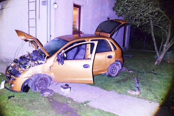 Auto zastavil až rodinný dom.