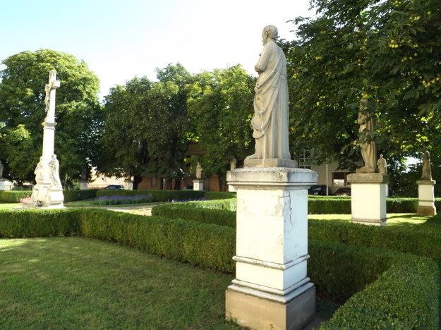 Na námestí sú sochy svätých.
