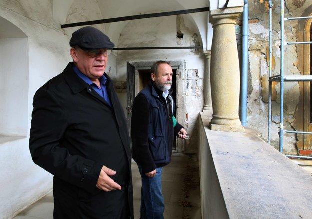 Prorektor Akadémie umení Matúš Oľha (vľavo) a reštaurátor  Ivan Škandík počas kontrolného dňa.