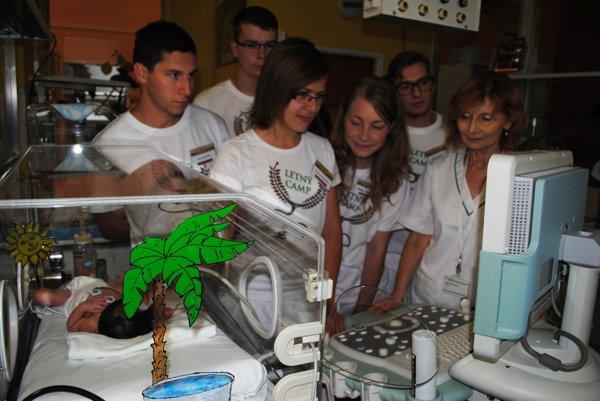 Primárka Mária Vasilová. S medikmi pri inkubátore.