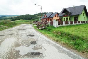 Cesta z dediny na Zábavu je samá jama.
