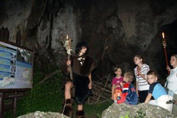 Prepoštskú jaskyňu si ľudia môžu pozrieť aj počas nočných prehliadok, ktoré sa konajú v sobotu večer po zotmení.