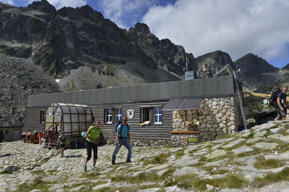 Nová nájomkyňa Zbojníckej chaty Dominika Dejczöová (od 11. 11. 2015) a jej druh Michal Brun, s ktorým spolu hospodária na Zbojníckej chate . Občas si vyrazia na horolezecký výstup, no cez víkendy plných turistov si to veľmi nemôžu dovoliť.