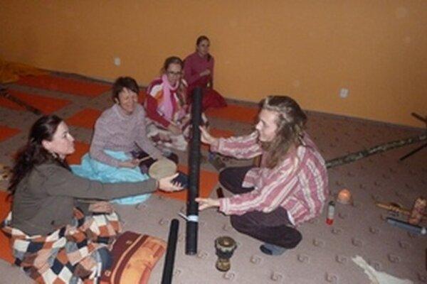 Po koncerte skupiny OdHájov posedenie s prírodnými nástrojmi, ktoré zaujali.