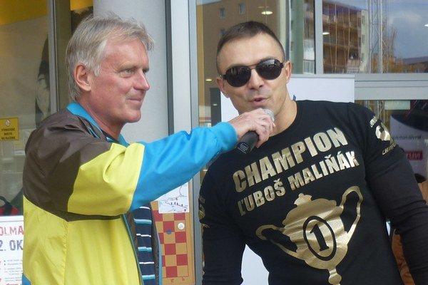 Bývalý československý atlét ašportový novinár počas moderovania jedného zmnohých športových podujatí. Fotografia je zStop Shop polmaratónu vL. Mikuláši.