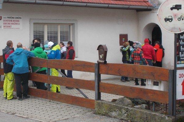 Pred volebnou miestnosťou sa nazbieral rad ľudí.