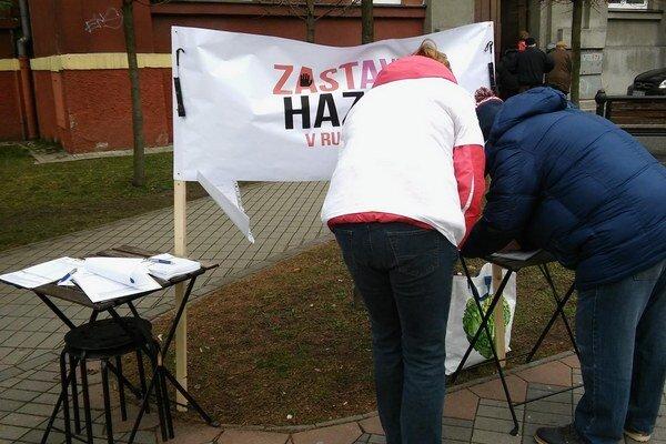 V uliciach Ružomberka sú od rána skupiny dobrovoľníkov, ktorí zbierajú podpisy.