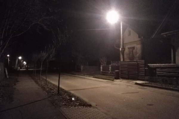 Pouličné osvetlenie zvyšuje cez noc aj bezpečnosť.