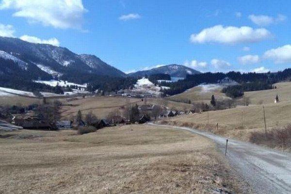 Obec navštevuje od jari do jesene množstvo turistov, ktorí jej pomáhajú prežiť.