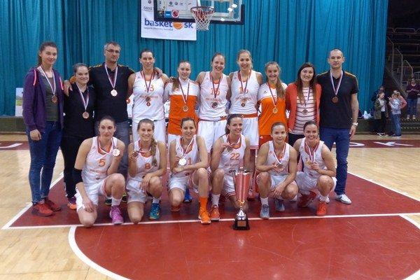 Družstvo MBK Ružomberok s pohárom za 3. miesto v extralige žien a bronzovými medailami.