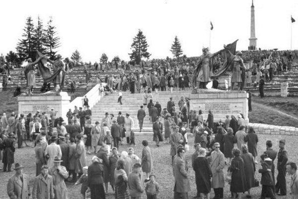 Atmosféru zotvorenia pamätníka zachytil fotograf Martin Martinček.