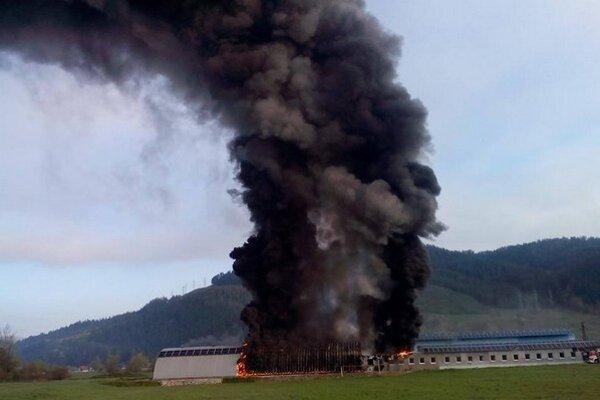 Hasičom dal zabrať aj požiar firmy vo Vlachoch.