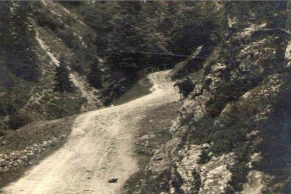 Hlavou spojnicou medzi Hutami, Veľkým aMalým Borovým bola prašná cesta Kvačianskou dolinou.