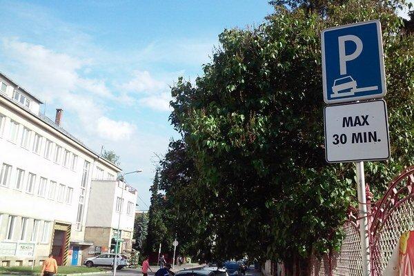 V úseku Ulice M. M. Hodžu pred poštou pribudla značka, ktorá povoľuje státie najviac na pol hodinu.