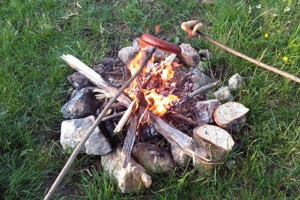 V Ružomberku a okolí sa však nenachádza ani jedno ohnisko, ktoré by mesto oficiálne vyhradilo pre verejnosť. Ľudia si aj napriek tomu zvykli na niektoré miesta, napríklad Čutkovskú dolinu, kde chodia často a v hojnom počte opekať, grilovať a variť g