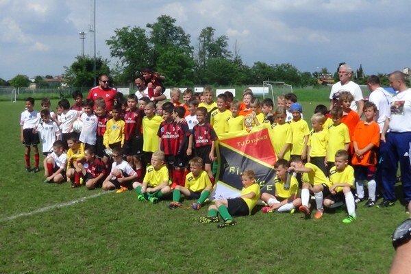 Chlapci sa pred rovesníkmi z akadémie AC Miláno naozaj nestratili. Kategória U10 zápas vyhrala, U8 a U7 sa to nepodarilo, ale aj tak boli výborní.