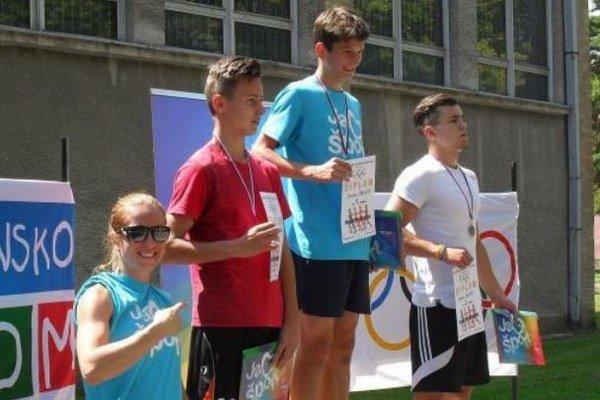 Na stupni víťazov prví traja vkategórii chlapcov 8. – 9. roč.: zľava Natália Šlepecká, druhý Michal Dopater, víťaz Tomáš Čakloš, tretí Šimon Koleň.
