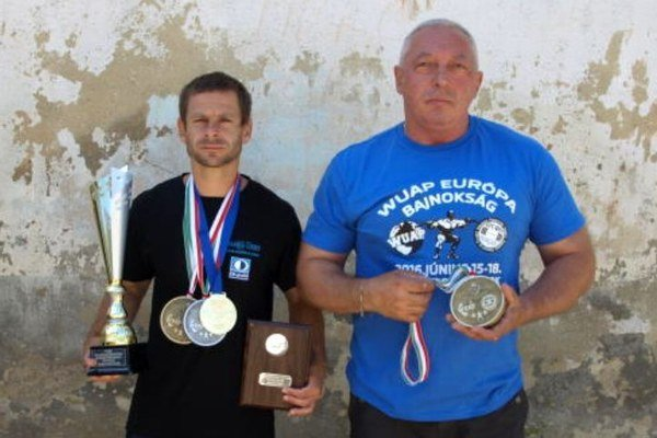 P. Balážik (vľavo) a V. Bátik s trofejami.