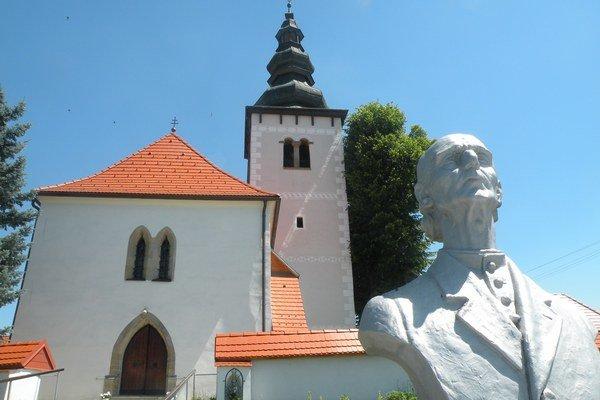 Busta Andreja Hlinku, niekdajšieho farára Lipt. Sliačov, pred kostol v Strednom Sliači.