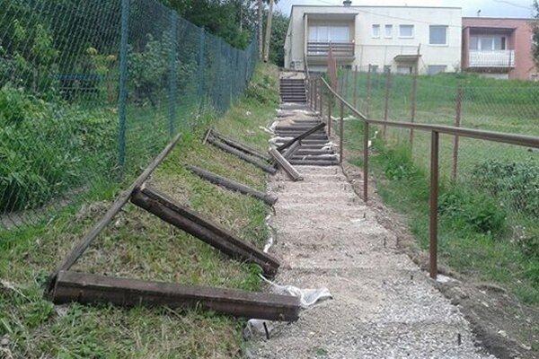 Zničené schody na Satelitoch.
