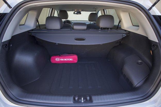 Batožinový priestor s objemom 401 l nie je na hybrid zlé číslo. Pod jeho dnom sa nachádza dojazdová rezerva.