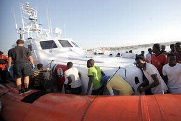 Pašeráci mali dostať zaplatené, aby odkláňali svoje lode s migrantmi späť na more.