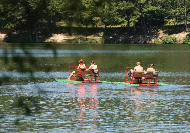 Letná turistická sezóna na jazere Počúvadlo.