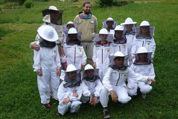 Deti včelárenie baví stále viac.