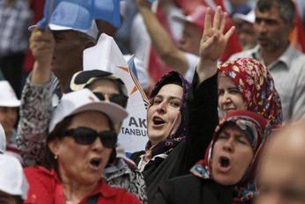 Turkyne zavesili na sociálne siete fotografie, na ktorých sú otočené chrbtom k objektívu. Protestujú tak voči výrokom Erdogana.