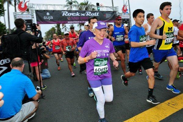 Deväťdesiatdvaročná Američanka Harriette Thompsonová, ktorá vyhrala boj s rakovinou, sa stala novou držiteľkou svetového rekordu.