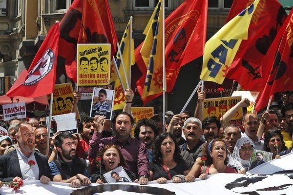 Demonštranti s transparentmi, kvetmi a fotografiami ľudí, ktorí prišli o život počas protestov, skandujú heslá na počesť druhého výročia začiatku celoštátnych protivládnych protestoch v Istanbule.