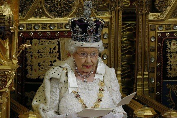 Kráľovná Alžbeta II. na slávnostnom otvorení novozvoleného parlamentu.