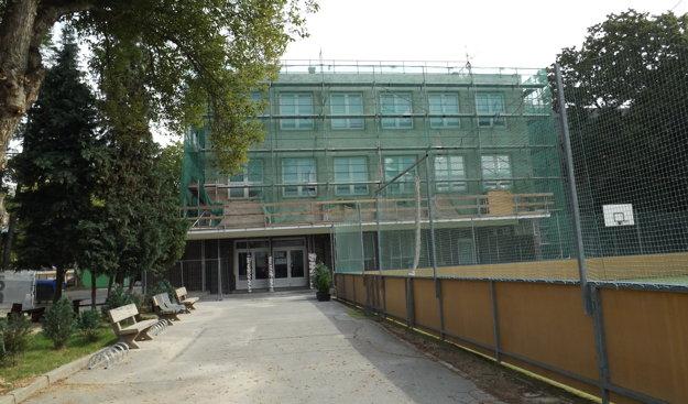 Práce na ZŠ kniežaťa Pribinu majú trvať do konca októbra.