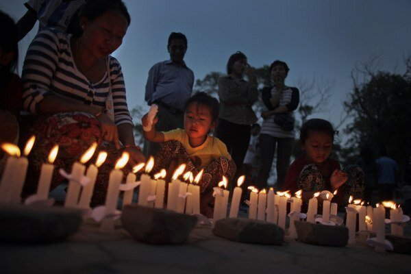 Dve stovky ľudí so sviečkami sa zhromaždili v centre Káthmandu.