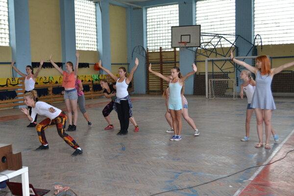 Tanečníci nacvičovali v športovej hale na miestnom štadióne.