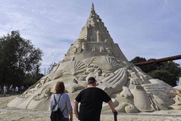Najvyšší hrad z piesku stojí až do 11. septembra v nemeckom Duiburgu.