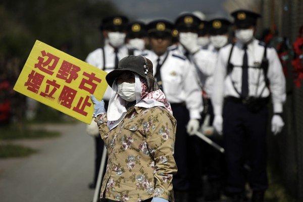 USA a Japonsko sa v roku 1996 dohodli na uzavretí základne v obývanej oblasti ostrova, čo vyvolalo opozíciu obyvateľov tej časti ostrova, kam mala byť premiestnená.
