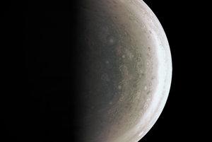 Nástroj JunoCam získal tento záber južného pólu Jupitera hodinu pred najbližším bodom preletu, 94,500 kilometrov nad mrakmi.
